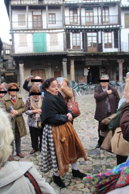 """La """"madre"""" de nuestra guía nos cuenta cosas sobre la plaza mayor de La Alberca."""