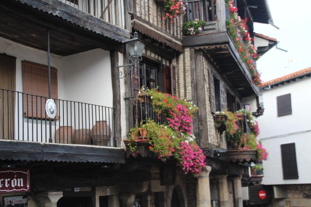 Flores en los balcones de la plaza mayor de La Alberca.