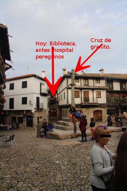 Biblioteca, antigupo hospital de peregrinos y cruz de granito.