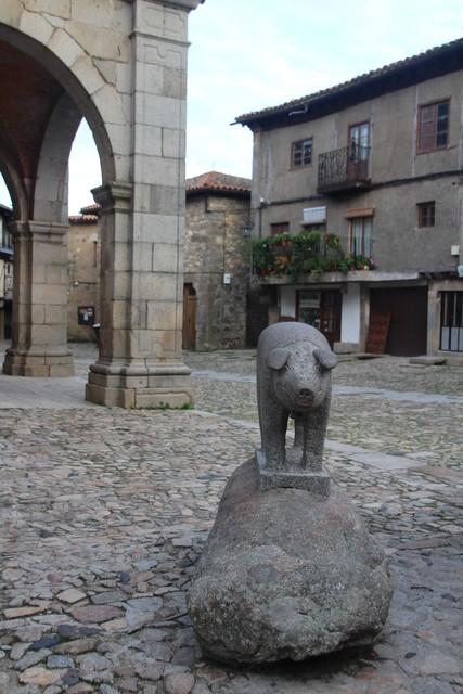Homenaje al cerdo de San Antón. Escultura de 1996.