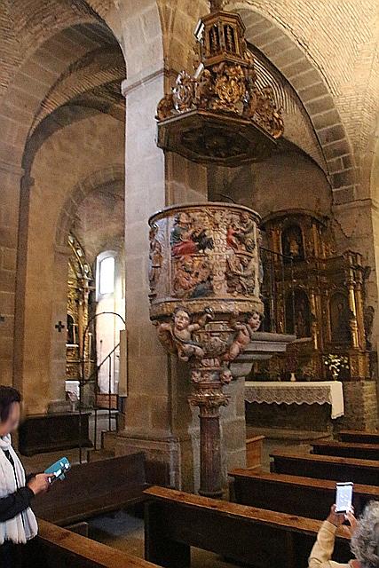 Púlpito en granito policromado de la iglesia parroquial de La Alberca. Del siglo XVI.