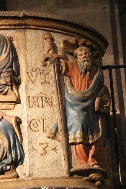 Detalle del púlpito de granito policromado.