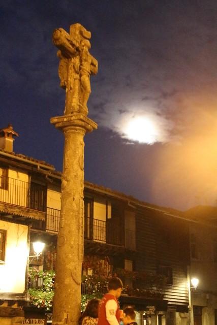 la cruz de granito con la luna a la derecha.