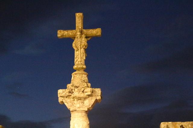 Detalle de la cruz en la plaza de Arsenio.