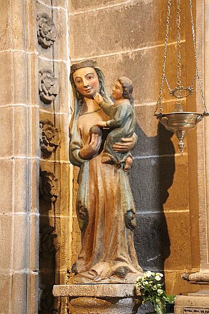 Virgen de piedra policromada.