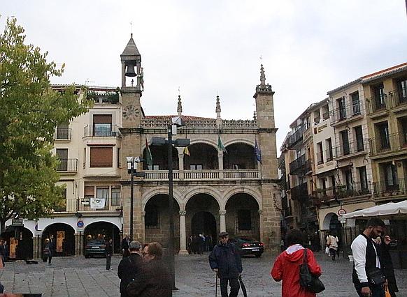Ayuntamiento de Plasencia. La torre de la izquierda es un autómata campanero.