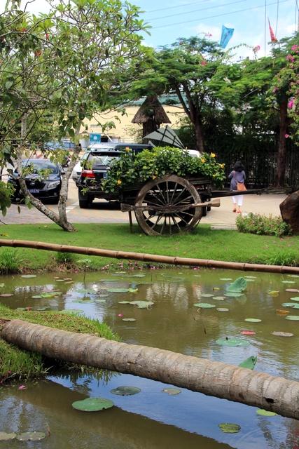 En los jardines también hay un carro tradicional de Vietnam.