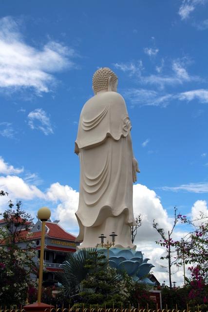 La gran estatua de Buda que primero vemos de espalda.