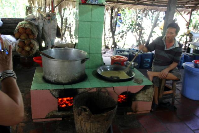 Horno en el que están cociendo la masa de coco con azúcar.