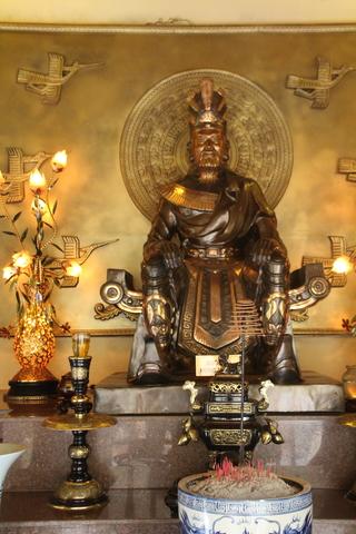 Interior del monumento a los reyes Hung.