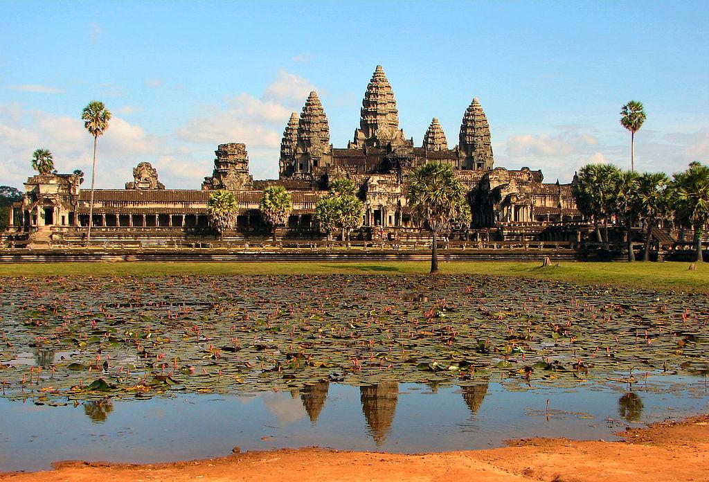 «Angkor Wat» de Bjørn Christian Tørrissen - Trabajo propio. Disponible bajo la licencia GFDL vía Wikimedia Commons - https://commons.wikimedia.org/wiki/File:Angkor_Wat.jpg#/media/File:Angkor_Wat.jpg