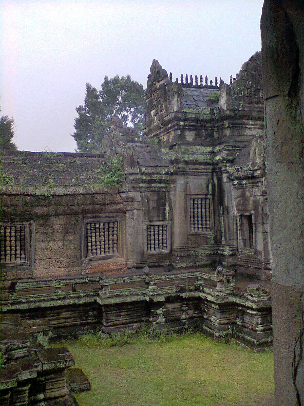 Llueve y nos refuigiamos en el templo de Bayon en el complejo de Nagkor