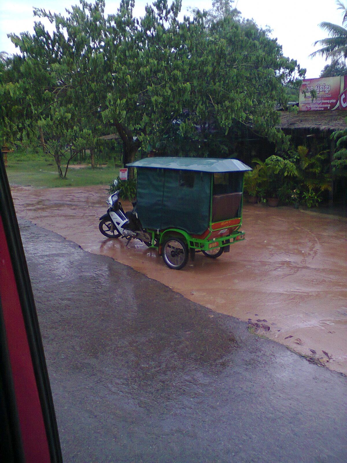 En el exterior llueve y los cochecitos-taxis esperan a los clientes.