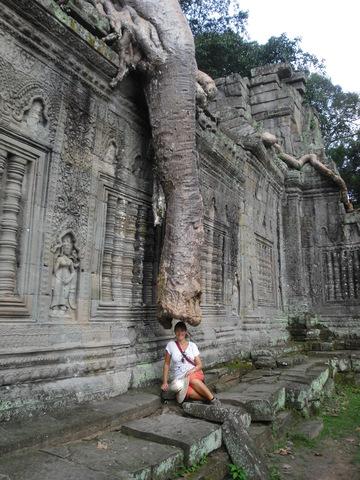 Un elefante gigantesco toca con su trompa a Lidia.