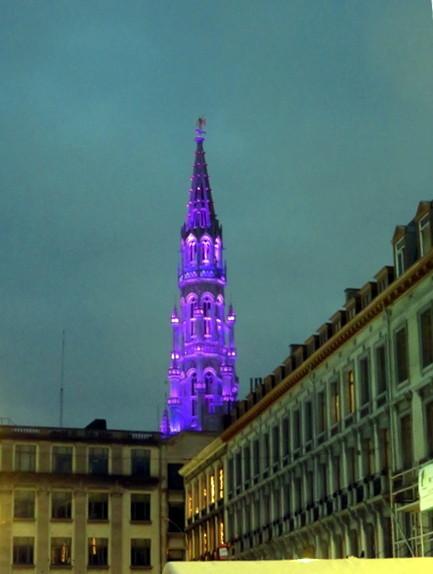 Torre del ayuntamiento, con iluminación navideña.
