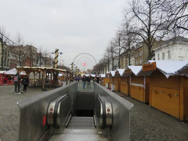 Escaleras mecánicas del metro. Casetas navideñas y noria al fondo. Plaza de Santa Catalina