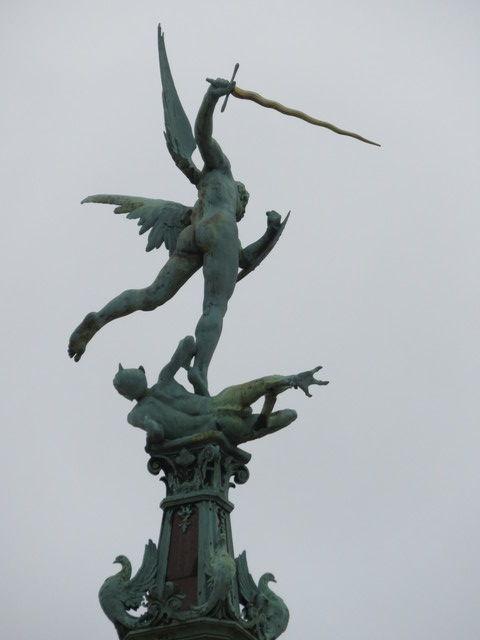 Detalle de San Miguel matando al dragón.