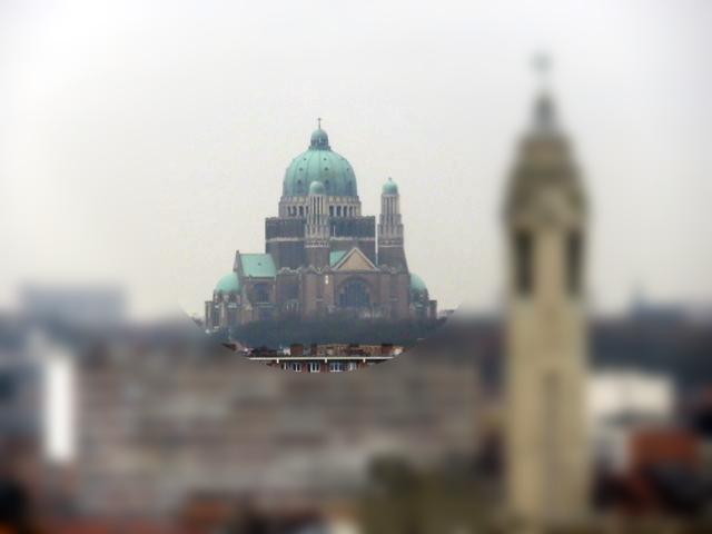 También a lo lejos y medio difuminada en la bruma vemos la Basílica de Bruselas. Estilo modernista. Siglo XX.