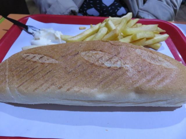 Bocadillo de kebak (shawarma) por 4,50€. Incluye patatas fritas y mayonesa.
