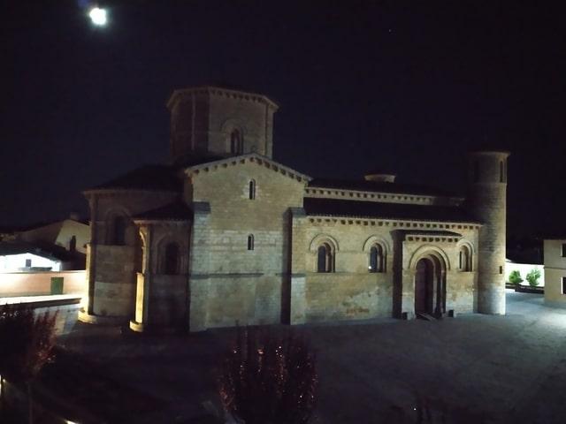 Vista nocturna de San Martín de Tours en Frómista sin iluminación del edificio; tan solo con la luz de las calles.